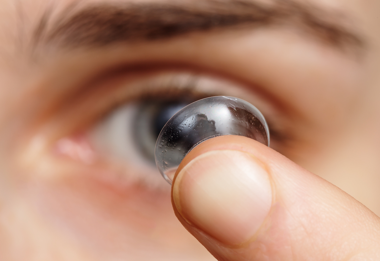 How to avoid the dangers associated with wearing contact lenses